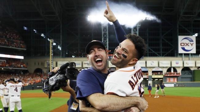 Los astros Justin Verlander y José Altuve celebran la victoria.