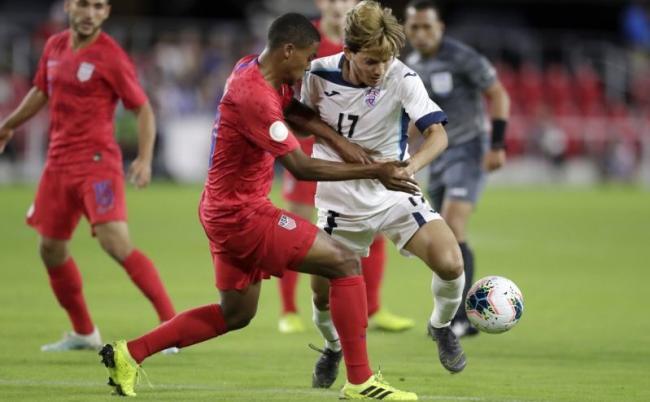 Reggie Cannon disputa el balón al cubano Jean Carlos Rodríguez en el primer partido de la Liga de Naciones de la CONCACAF, el viernes.