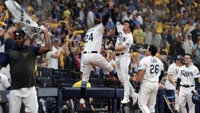 Los Rayos de Tampa celebran durante su duelo sobre los Astros.