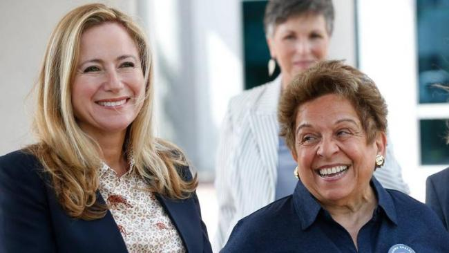 Donna Shalala (d) y Debbie Mucarsel-Powell.