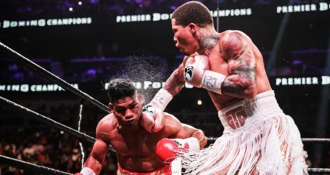 Gervonta Davis golpea al cubano Yuriorkis Gamboa.
