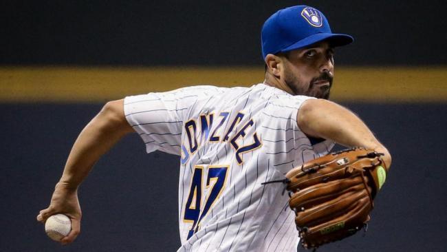 Gio González, aún con el uniforme de los Cerveceros.