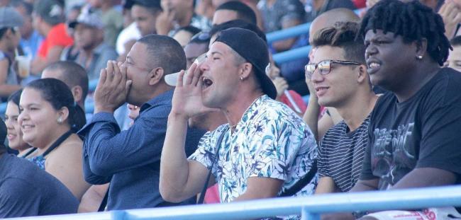 Aficionados cubanos en un partido de béisbol.
