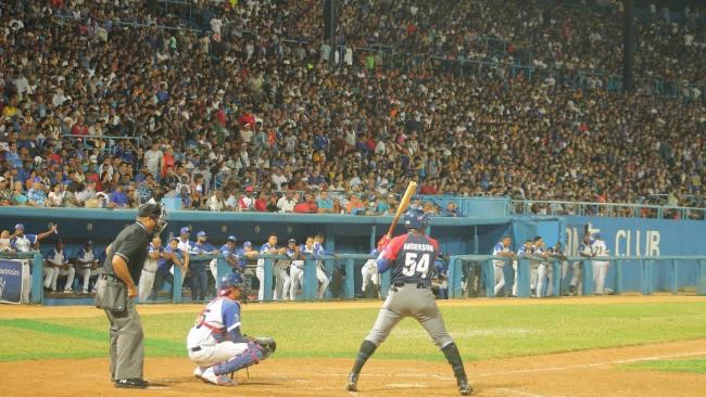 El camagüeyano Leslie Anderson, en un repleto estadio Latinoamericano.