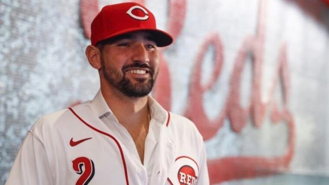 Nick Castellanos con el uniforme de los Rojos.