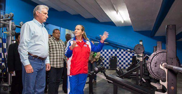 Díaz-Canel visita un gimnasio para los peloteros.
