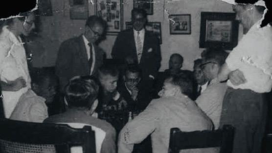 Bobby Fischer en La Habana, al centro, con apenas 12 años en 1956, disputa una partida contra el cubano José R. Florido.