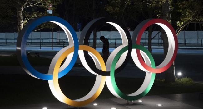 Anillos olímpicos ante el estadio nacional de Tokio.