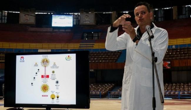 Un médico habla a deportistas cubanos sobre el Covid-19.