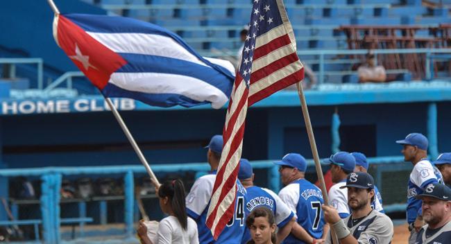 Banderas de Cuba y EEUU en un encuentro beisbolero.
