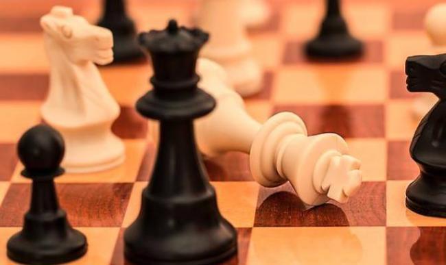 Tablero y piezas de ajedrez.