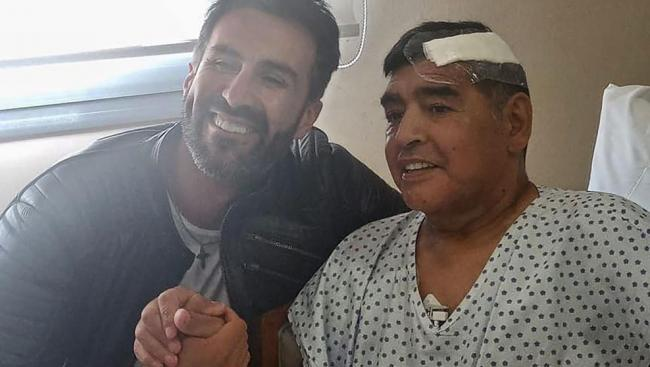 La primera foto de Diego Armando Maradona junto con su médico tras la neurocirugía.