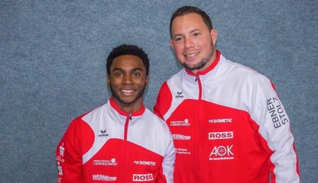 El gimnasta cubano Manrique Larduet junto a su entrenador Carlos Rafael Gil Hernández.