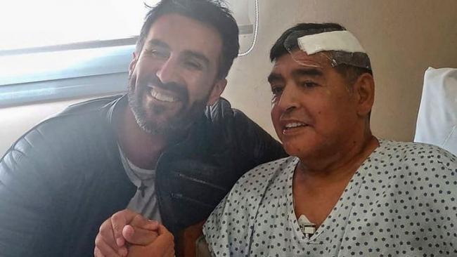 El médicoLeopoldo Luque junto a Maradona.