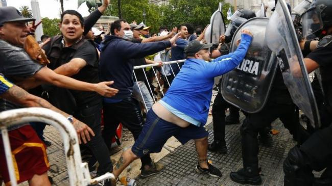 Disturbios en el sepelio de Maradona.
