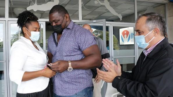 El multicampeón olímpico Mijaín López entrega las llaves de su carro a Yipsi Moreno.