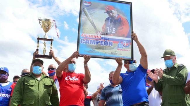 Cuadro de Fidel Castro como premio a los campeones de la serie de béisbol cubana.